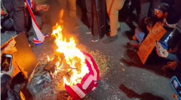 포틀랜드 시위대 이젠 하다하다 성경까지 불태워…